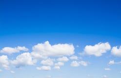 Vit fördunklar i bilden för blå himmel Arkivbilder
