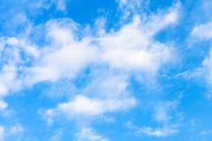 Vit fördunklar i blå aftonhimmel i summe Arkivfoton