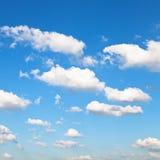 Vit fördunklar i blå himmel i sommardag Royaltyfria Bilder