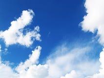Vit fördunklar i den blåa himlen Royaltyfri Bild