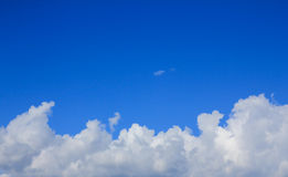 Vit fördunklar i den blåa himlen. royaltyfri bild