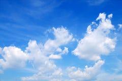 Vit fördunklar i den blåa himlen med utrymmebakgrund arkivfoton