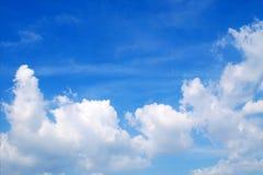 Vit fördunklar i den blåa himlen med utrymmebakgrund royaltyfri bild