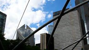 Vit fördunklar i flyttning för blå himmel bak Chicago byggnader lager videofilmer