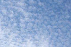 Vit fördunklar i ljus blå himmel Royaltyfria Bilder