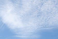 Vit fördunklar i ljus blå himmel Arkivbilder