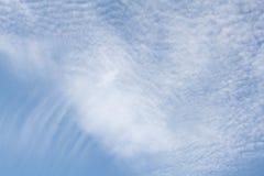 Vit fördunklar i ljus blå himmel Royaltyfri Foto