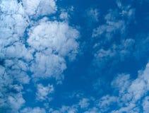 Vit fördunklar på bakgrund för blå himmel Royaltyfri Foto
