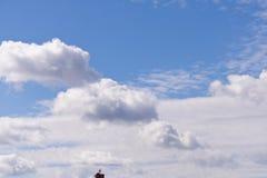 Vit fördunklar på bakgrund för blå himmel Ett litet stycke av röret med royaltyfria foton