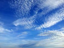 Vit fördunklar på bakgrunden för blå himmel Royaltyfria Foton