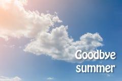 Vit fördunklar på bakgrunden för blå himmel goodbye sommar tonat Royaltyfri Foto