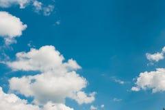 Vit fördunklar på deppighetsommarhimmel arkivfoton