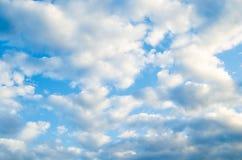 Vit fördunklar på en bakgrund för blå himmel Royaltyfria Foton