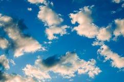 Vit fördunklar på en bakgrund för blå himmel Arkivfoton