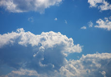 Vit fördunklar på ljus - blå himmel Fotografering för Bildbyråer