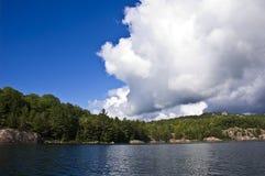 Vit fördunklar på sjön royaltyfri bild