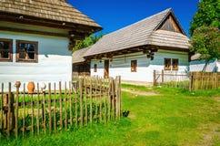 Vit förlägga i barack i frilufts- museum av Liptov, Slovakien Arkivfoto