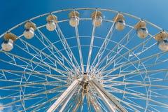 Vit Ferris Wheel On Summer In gyckel parkerar Royaltyfri Foto