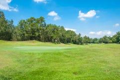 Vit flagga med blå himmel i grönt gräs för golfbana Royaltyfria Bilder