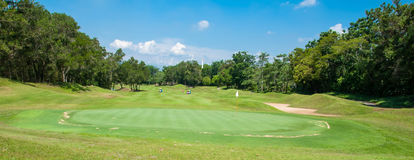 Vit flagga med blå himmel i grönt gräs för golfbana arkivfoton