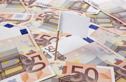 Vit flagga som klibbar i 50 eurosedlar (serie) Arkivbild