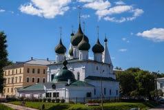 Vit forntida kyrka med kupolen för fem den gröna kupoler i Yaroslavl den guld- cirkeln av Ryssland fotografering för bildbyråer