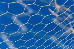 Vit fotboll eller fotboll, förtjänar med bakgrund för blå himmel Royaltyfria Foton