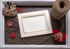Vit fotoram på trätabellen över bakgrund, valentinbegrepp Fotografering för Bildbyråer