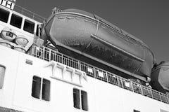 Vit för svart för blå himmel för livräddningsbåt skrov fryst Arkivbilder