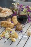 Vit franskbröd på träbräde med exponeringsglas av vin Royaltyfria Bilder