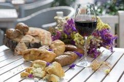 Vit franskbröd på träbräde med exponeringsglas av vin Royaltyfria Foton