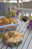 Vit franskbröd på träbräde med exponeringsglas av vin Royaltyfri Bild