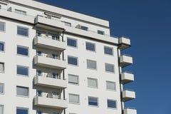 Vit functionalistic bostads- byggnad Stockholm Fotografering för Bildbyråer