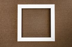 Vit fyrkantig ram p? m?rkes- papp f?r brun p?rlemor arkivbild