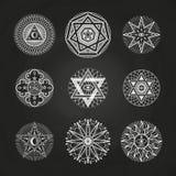 Vit gåta som är ockult, alkemi, mystiska esoteriska symboler på svart tavla royaltyfri illustrationer