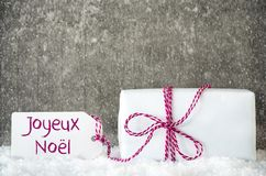 Vit gåva, snö, etikett, Joyeux Noel Means Merry Christmas, snöflingor Royaltyfri Fotografi