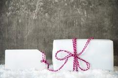 Vit gåva, snö, etikett, kopieringsutrymme, Gray Background Fotografering för Bildbyråer