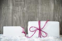 Vit gåva, snö, etikett, kopieringsutrymme, träbakgrund Royaltyfri Bild
