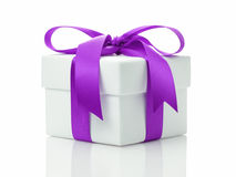 Vit gåvaask med lavendelbandpilbågen Royaltyfri Fotografi