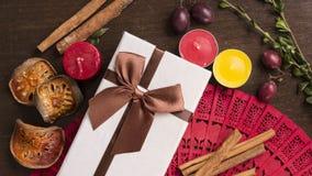 Vit gåvaask på träbakgrund, kanel, höstlynnelägenhet Royaltyfria Foton