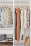 Vit garderob med klänningen som hänger på laghängare Arkivbilder