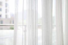 Vit gardin med fönstret Arkivbilder