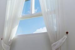 Vit gardin på fönstret Arkivbilder