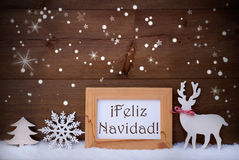 Vit garnering på snö, Feliz Navidad Means Merry Christmas Royaltyfri Bild