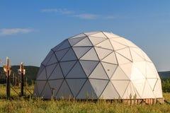 Vit geodetisk kupol på solig sommardag arkivfoton