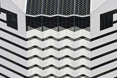 Vit geometrisk byggnad Arkivfoton
