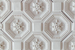 Vit geometrisk dekorativ modell av taket för bakgrund royaltyfria foton
