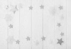 Vit-, grå färg- och silverjulbakgrund med trä, snö och arkivfoto