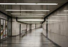 Vit-gr? f?rger rum Belysning i en l?ng korridor Ljust v?ggar och golv lyster Bakgrund arkivbilder
