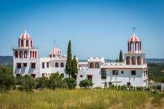 Vit grekisk kyrka med röd garnering Arkivbilder